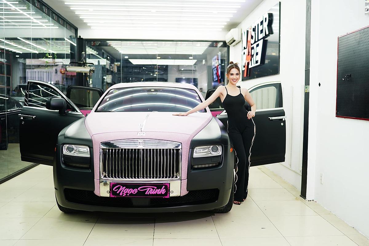 Rolls-Royce màu hồng đen độc đáo của Ngọc Trinh. Ảnh: Xuân Hoàn