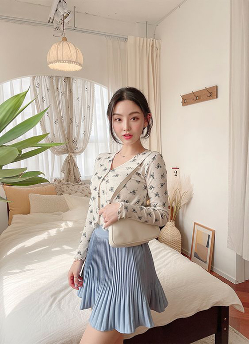 Kết thúc một tuần làm việc với phong cách nghiêm chỉnh khi đến văn phòng, phái đẹp có thể thoả sức mix chân váy siêu ngắn để dạo phố.