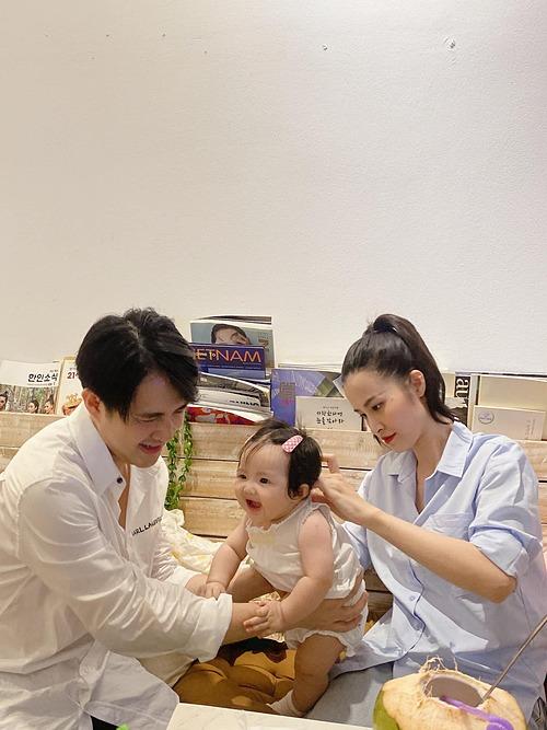 Con gái nhà Đông Nhi thích thú khi được bố mẹ mặc đồ đẹp. Thiên thần nhí được nhận xét giống hệt bố Ông Cao Thắng.