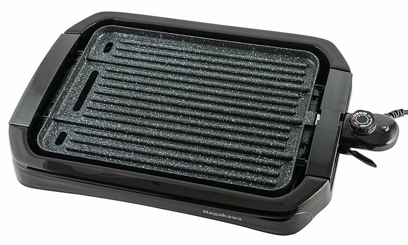 Nếu muốn thưởng thức món nướng nóng hổi, kể cả vừa nướng vừa ăn, có thể sử dụngbếp nướng điệnhai mặt Nagakawa NAG3102 với công suất 1.800 W. Công nghệ gia nhiệt đều tới toàn bộ bề mặt nướng giúp thực phẩm chín đều. Mặt bếp bằng hợp kim dày với khả năng bảo tồn nhiệt độ trên mâm nhiệt giúp tiết kiêm năng lượng. Vỉ bếp có lỗ thoát dầu, đính kèm giá đỡ, phía dưới có khay hứng mỡ để giữ vệ sinh. Viền mặt trước và mặt sau bếp là thép không gỉ, hai bên tay cầm là nhựa chống nóng. Phích cắm có khóa lẫy an toàn. 5 mức điều chỉnh nhiệt độ linh hoạt từ 20 đến 240 độ C. Sản phẩm đang ưu đãi 21% còn 1,529 triệu đồng.