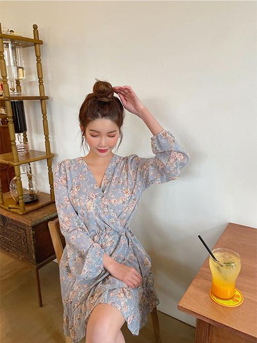 Váy lụa chiffon mềm mại, in hoạ tiết hoa cỏ trang nhã là xu hướng đang được lăng xê ở mùa hè năm nay.