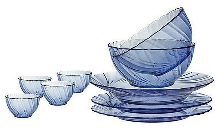 Bữa tiệc sẽ ngon và sang trọng hơn khi đươc sử dụng vớibộđồ ăn 9 mónlàm từ thuỷ tinh cường lực màu xanh nước biển của thương hiệu Duralex (Pháp). Với khả năng chịu sốc nhiệt từ - 4 độ C đến 130 độ C, các sản phẩm có thể sử dụng trong tủ đông lạnh, lò vi sóng, máy rửa chén, lò hấp. Bộ sản phầm gồm 4 chén đường kính 12 cm, 2 tô 18 cm, 2 dĩa 19,5 cm, 1 dĩa 21,5 cm đang được ưu đãi 10% là 858.600 đồng.