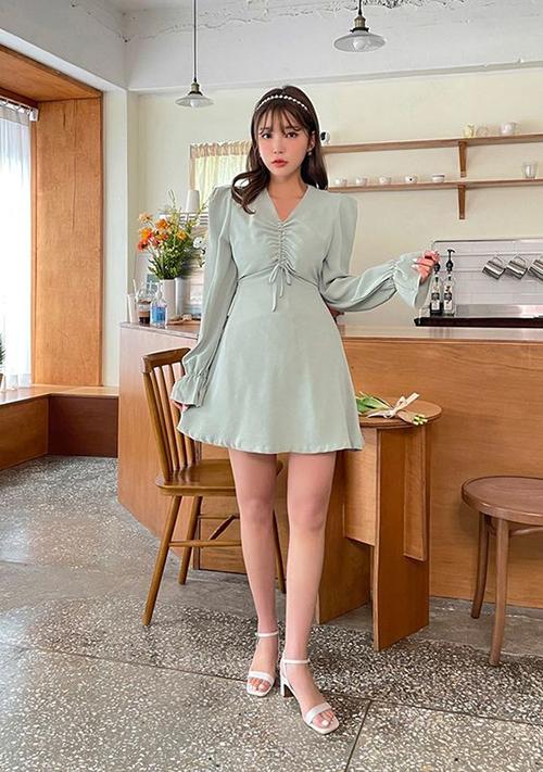 Ngoài các kiểu váy dễ khoe chân thon, phái đẹp nên chọn thêm sandal cao gót, quai mảnh để tạo nên tổng thể hoàn chỉnh.
