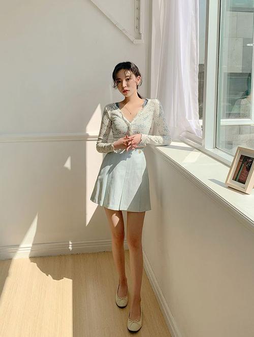 Chân váy chữ A được thiết kế trên nhiều tông màu dịu mắt như xanh bạc hà, xanh pastel, tím hồng và màu trung tính.