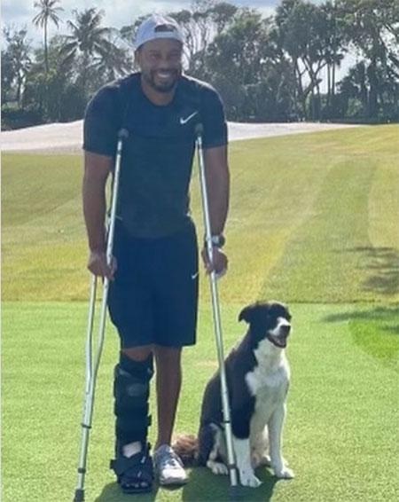 Tiger Woods chống nạng, chân bó bột bên cún cưng. Ảnh: Instagram.