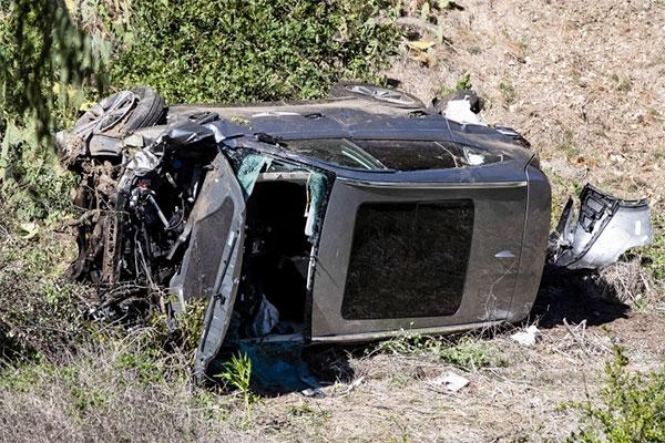 Xe của Tiger Woods nát bét sau tai nạn cuối tháng hai. Ảnh: AP.