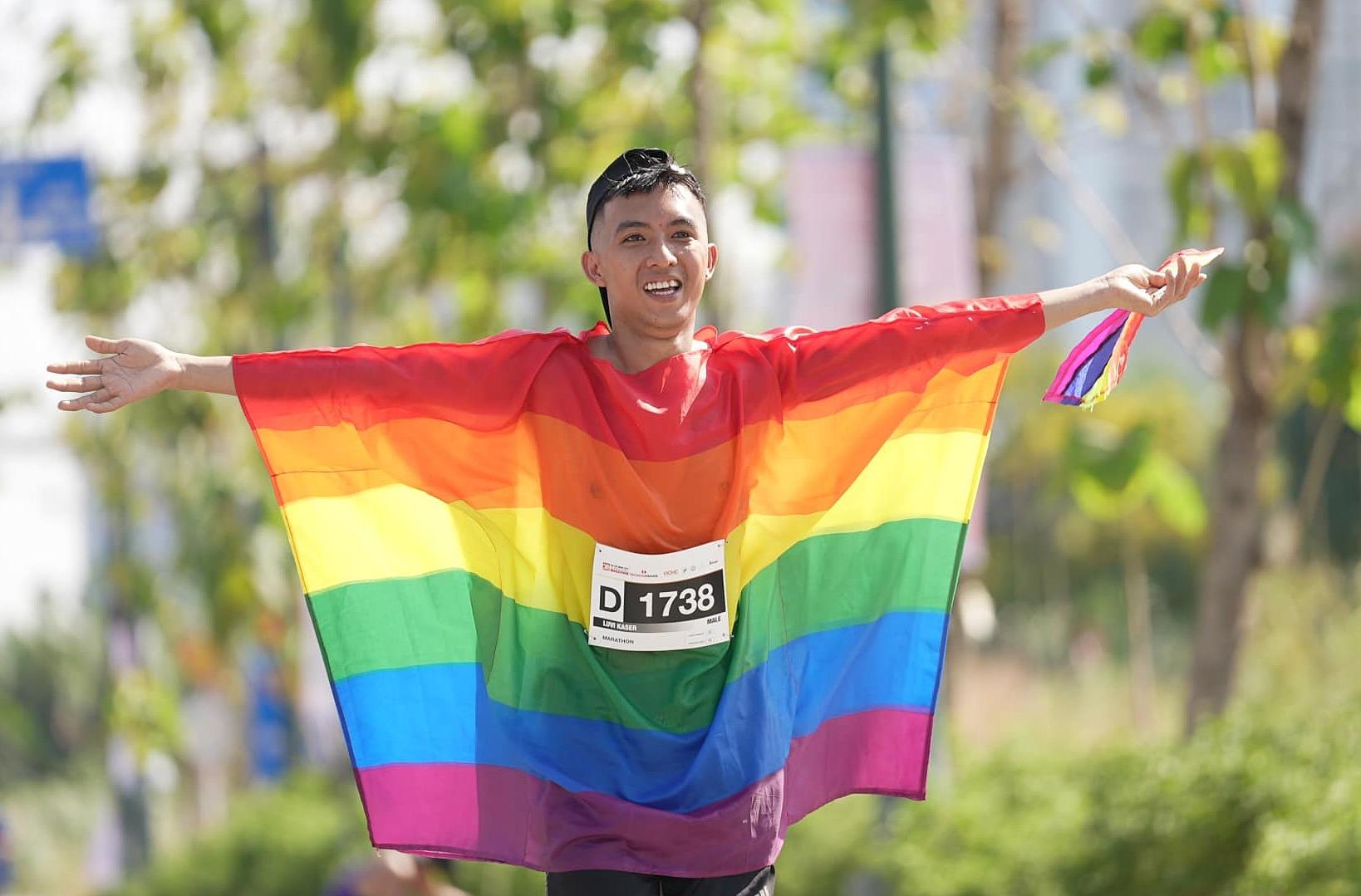 Nguyễn Hoài Phương cosplay trang phục lá cờ 7 màu, đại diện cho cộng đồng LGBT tại một giải chạy tổ chức ở TP HCM hôm 11/4. Ảnh:FBNV.