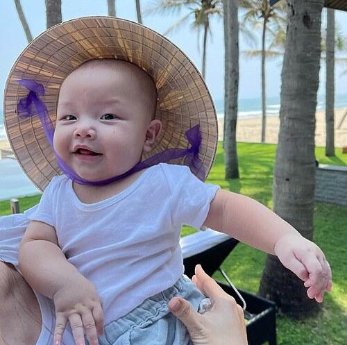 Vẻ mặt hài hước của bé Leon - con trai nhà Hồ Ngọc Hà - khi đội nón lá.