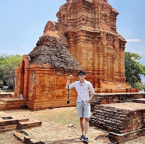 Diễn viên Bình An pose hình kỷ niệm trong chuyến du lịch khám phá Phan Thiết.