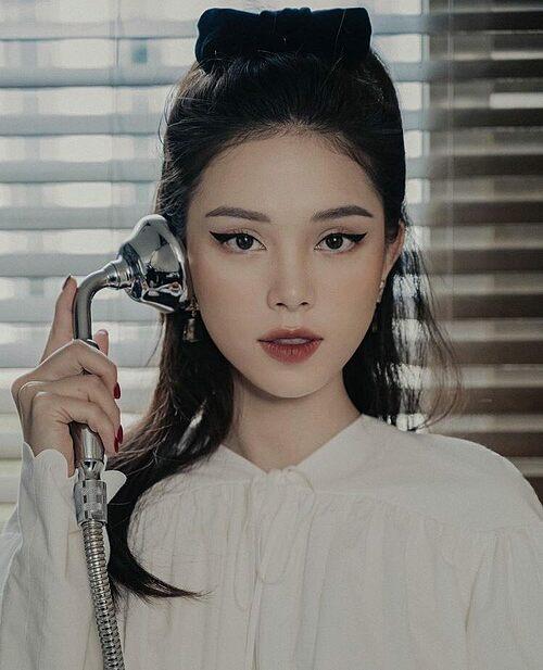 Linh Rin đăng ảnh gọi điện rủ bạn trai Phillip Nguyễn đi chơi.