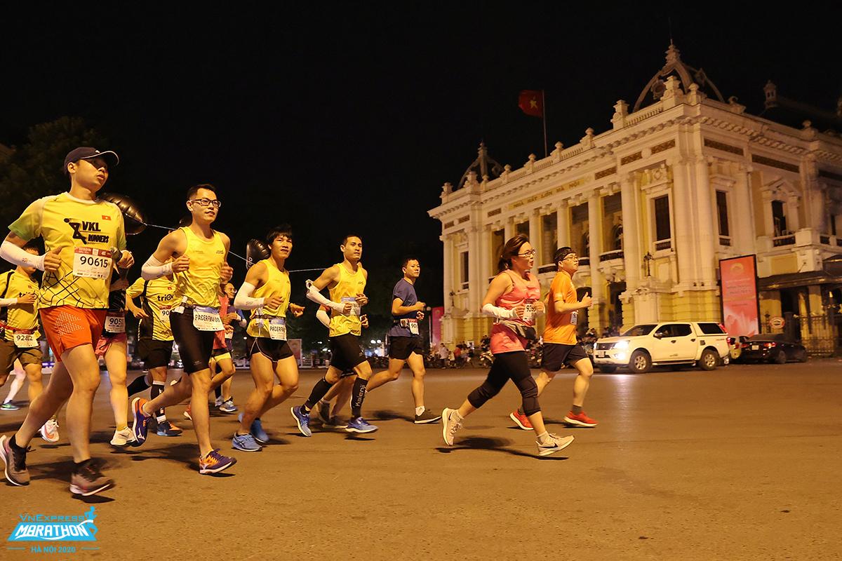 Runner tham gia giải chạy VM Hanoi Midnight 2020. Ảnh:VnExpress Marathon.