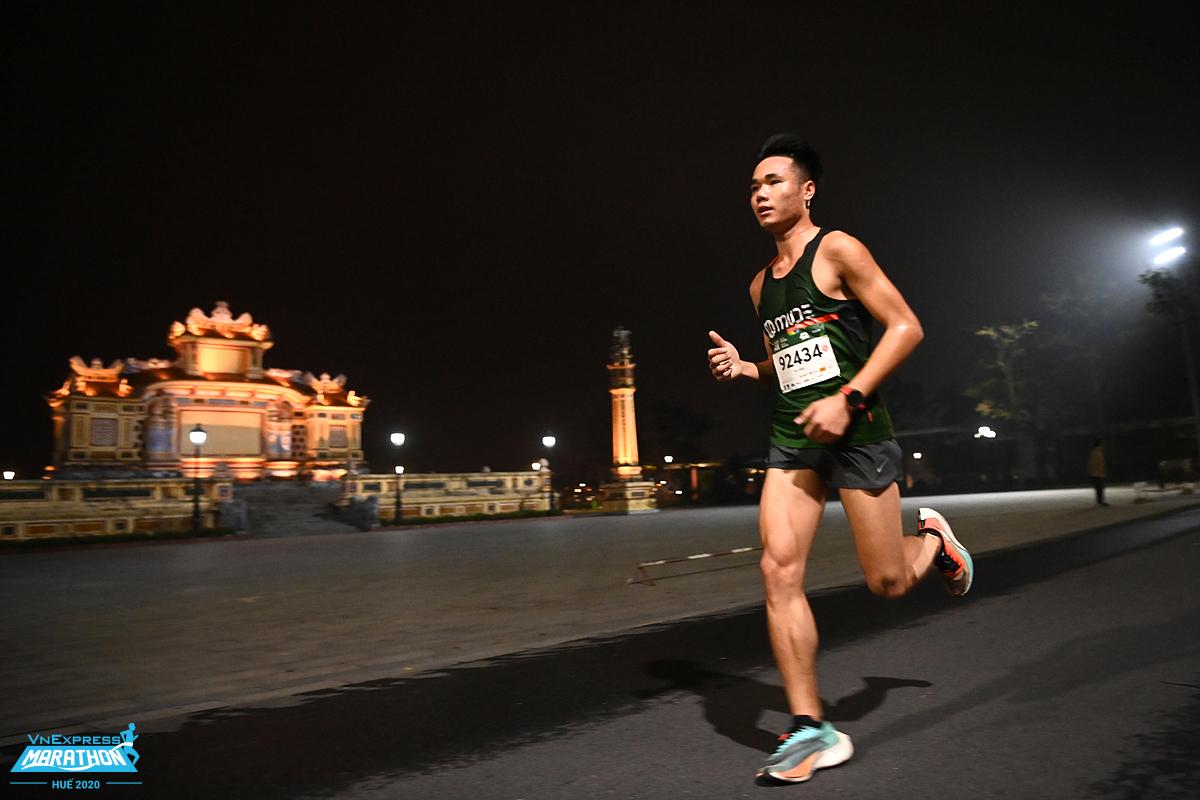 Vận động viên trên đường chạy VnExpress Marathon Huế 2020. Ảnh:VnExpress Marathon.