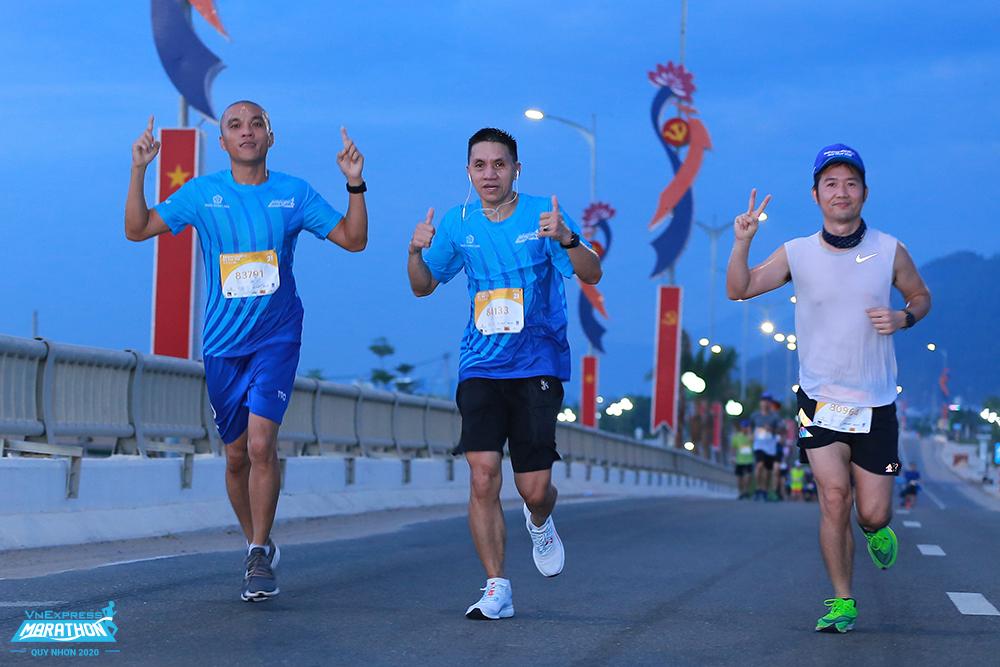 Nhóm vận động viên trên cầu Thị Nại, giải VnExpress Marathon Quy Nhon 2020. Ảnh:VnExpress Marathon.