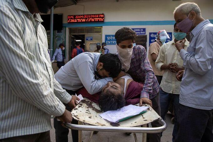 Người thân gục khóc bên thi thể Shayam Narayan ở bên ngoài bệnh viện Guru Teg Bahadur ở New Delhi, Ấn Độ hôm 23/4. Ảnh: Reuters.