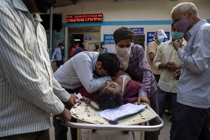 Một bệnh nhân chết trong lúc chờ giường bên ngoài bệnh viện Guru Teg Bahadur ở New Delhi, Ấn Độ hôm 23/4. Ảnh: Reuters.