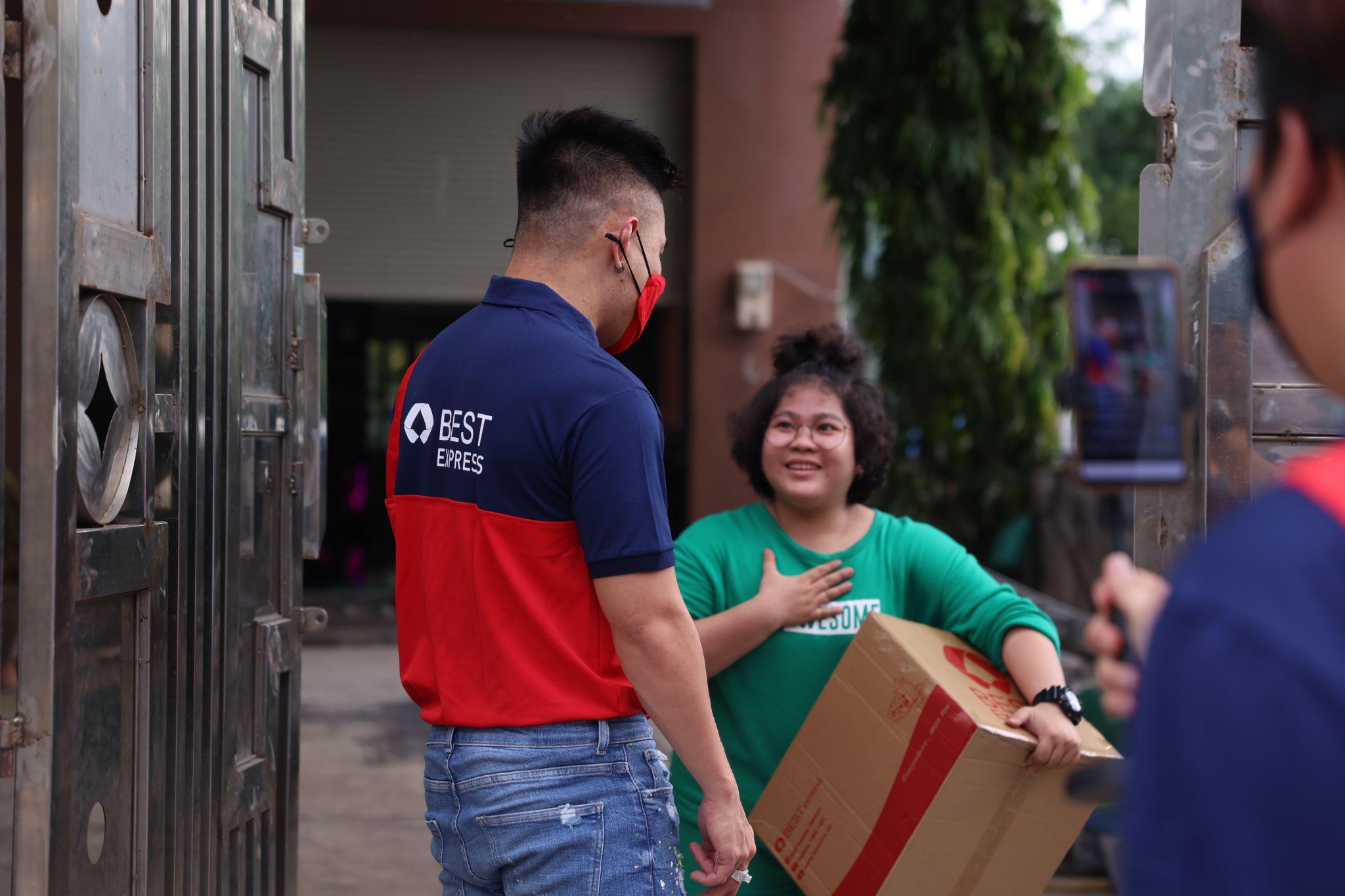 Khoảnh khắc bất ngờ của bạn nữ khi được Lê Dương Bảo Lâm mang quà đến tận tay. Shipper Dương Lâm thể hiện sự chuyên nghiệp khi giao hàng cho khách.