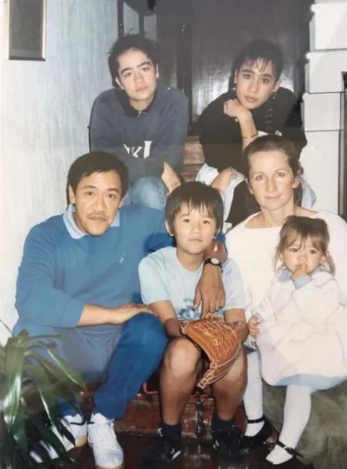 Ông Ngô Tôn Hiến và vợ cùng 4 con.