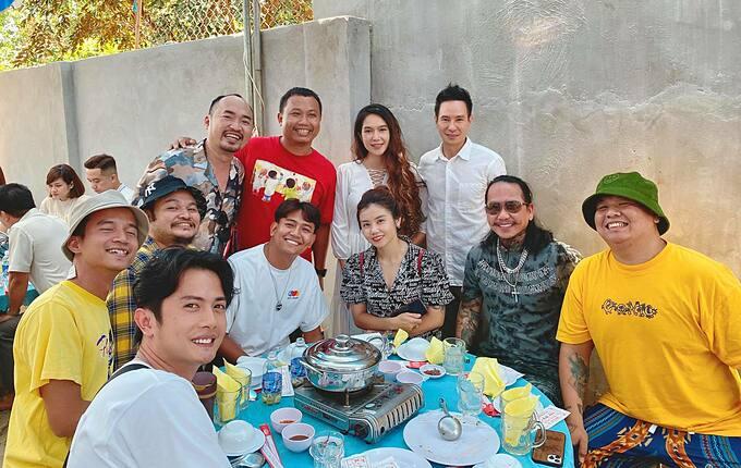Vợ chồng Lý Hải - Minh Hà hội ngộ nhiều nghệ sĩ như Tiến Luật, Huỳnh Phương... khi đi đám giỗ của một gia đình người quen.