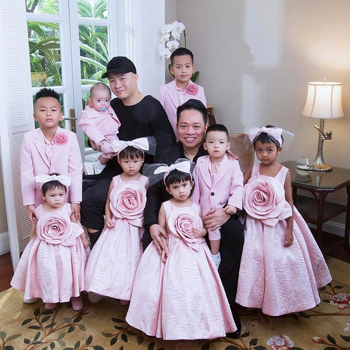 8 con của Đỗ Mạnh Cường diện trang phục đồng điệu. Đây được cho là bộ ảnh đầu tiên có đông đủ thành viên kể từ khi gia đình SIXDO có thêm thành viên mới là bé Sóc.