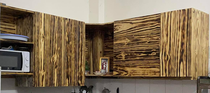 Tủ bếp từ gỗ thông do nam diễn viên tự làm.