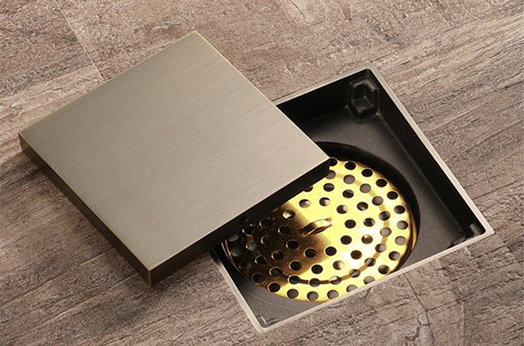 Thoát sàn chống mùiSquare Shaped ZT531hình vuông, màu vàng kim loại, kích thước 100 x 100 mm, dày 10 mm, phù hợp với đường ống đường kính 50 - 90 mm. Sản phẩm nặng 480 gram, chất liệu đồng hợp kim. Thiết kế nắp kín dễ hòa hợp với nền gạch. Nắp của phễu thoát sàn có thể sử dụng cả 2 mặt, 1 mặt có thể cắt gạch ốp vào bên trong giúp che đi phần thu nước. Các chi tiết có thể tháo rời. Sản phẩm đang được giảm giá 30% còn 315.000 đồng.