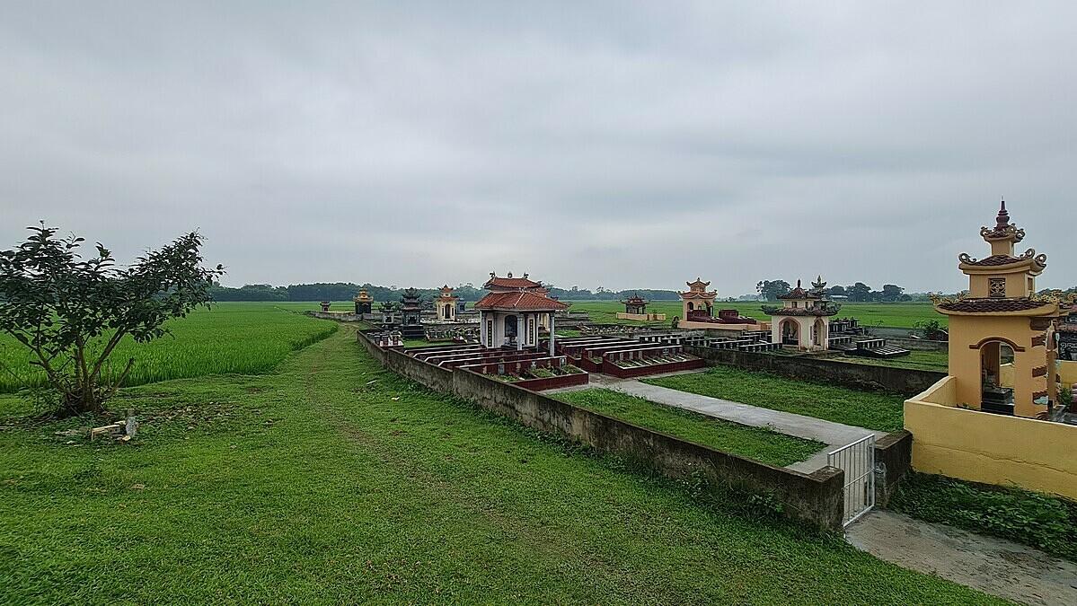 Khu đất trống ở nghĩa trang làng Lý Trung nằm giữa đồng lúa được bà Thuỳ chọn lập mộ giả. Hiện khu mộ trái phép đã bị chính quyền yêu cầu dẹp bỏ.