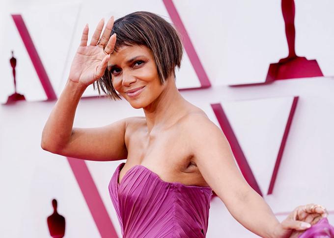 Mái tóc nham nhở của Halle Berry tại Oscar 2021 bị chế ảnh