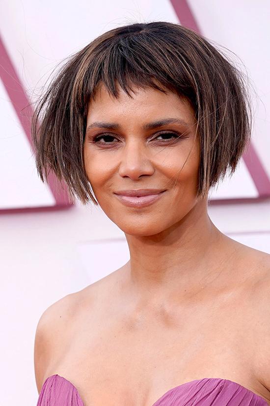 Mái tóc nham nhở của Halle Berry tại Oscar 2021 bị chế ảnh - 1