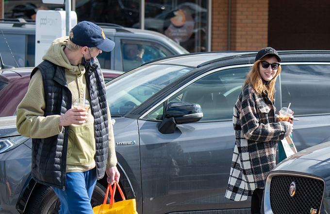 Pete Davidson trông rất hạnh phúc khi tới thăm nhà bạn gái. Trước đó họ gặp nhau tại New York khi Phoebe Dynevor đến Mỹ đóng phim vào đầu năm nay. Bạn bè của Pete tiết lộ rằng nam diễn viên khẳng định tình cảm anh dành cho Phoebe thực sự nghiêm túc.