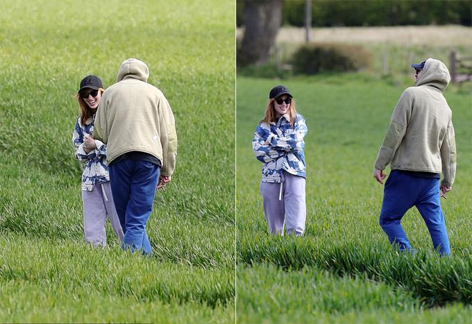 Cặp sao vui đùa trên một cánh đồng.