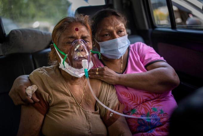 Một bệnh nhân thở oxy trong lúc chờ giường trống bên ngoài một bệnh viện ở thủ đô New Delhi, Ấn Độ hôm 23/4. Ảnh: AP.