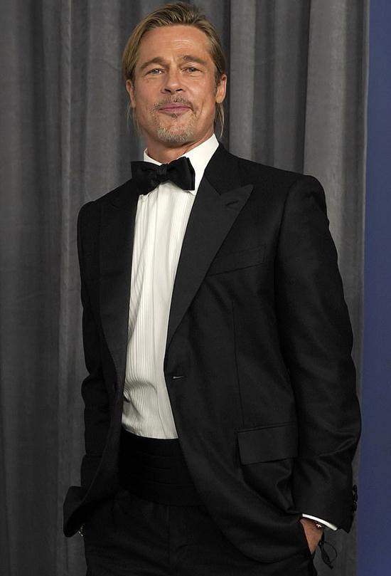 Brad Pitt một mình đến dự Oscar tại nhà ga Union tại Los Angeles. Anh không đi thảm đỏ mà tiến thẳng vào hội trường để tham dự lễ trao giải.