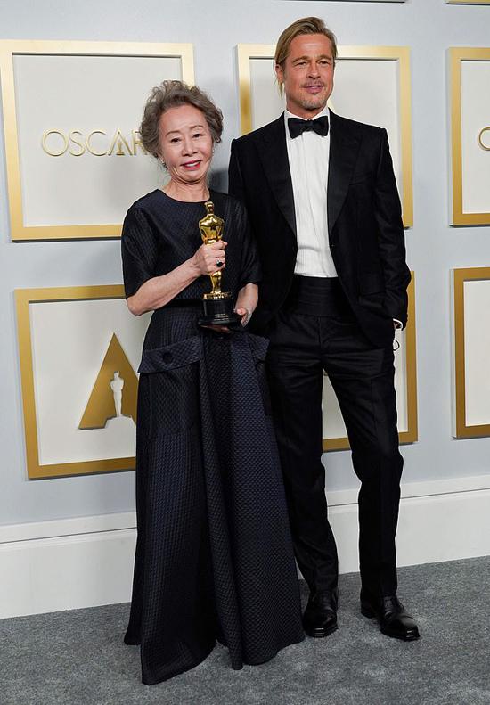Trên sân khấu Oscar, ngôi sao Hàn Quốc rất hạnh phúc khi nhận giải từ Brad Pitt - tài tử nổi tiếng mà bà Youn Yuh Jung nghe danh từ lâu nhưng giờ mới được gặp mặt. Bà trêu Brad: Anh Brad Pitt, cuối cùng tôi cũng được gặp anh. Anh đã ở đâu trong lúc chúng tôi quay phim vậy? Rất vui được gặp anh.