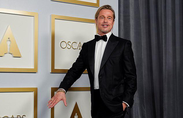 Ông Smith mặc suit đen kiểu cổ điển kết hợp với áo sơ mi trắng và thắt nơ. Sau hơn 30 năm bước chân vào Hollywood, Brad vẫn không hề mất đi vẻ lịch lãm và lãng tử ngày trẻ.