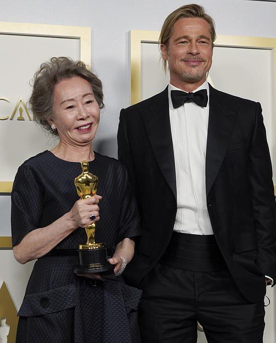 Brad Pitt rạng rỡ chụp hình với diễn viên gạo cội người Hàn Quốc. Bà Youn Yuh Jung, 74 tuổi, là người Hàn đầu tiên đoạt giải Oscar. Bà đã xuất sắc vượt qua những đối thủ khác là các diễn viên Âu Mỹ Amanda Seyfried, Olivia Colman, Glenn Close và Maria Bakalova. Youn Yuh Jung được vinh với vai diễn bà ngoại trong phim Minari (Khát vọng đổi đời).