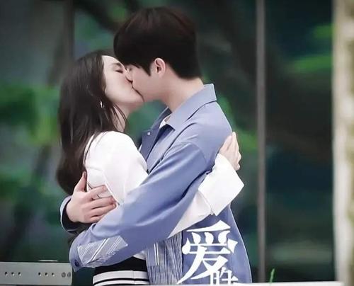 Nụ hôn ngọt ngào của cặp đôi cách biệt chín tuổi. Những người có mặt cho biết hai diễn viên hôn thật hoàn toàn, không dùng góc quay ăn gian.