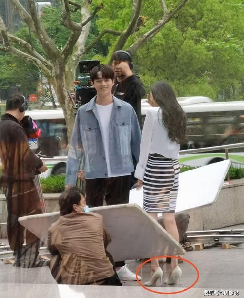 Bình thường trên trường quay, Dương Mịch hay mang giày slip-on đế bệt. Nhưng khi đóng chung với nam diễn viên cao 1,85 m, cô luôn mang giày cao gót.