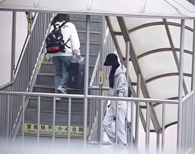 Triệu Lệ Dĩnh ra sân bay đi Thượng Hải.