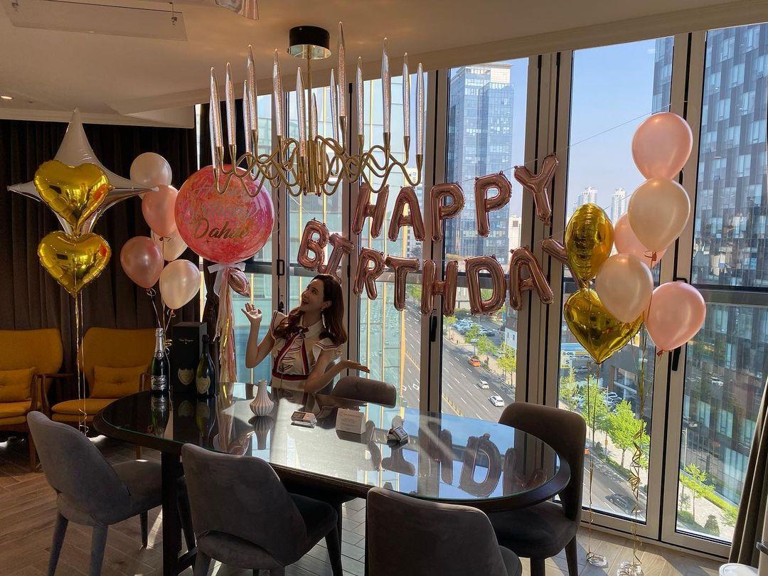 Tiệc sinh nhật của Lee Da Hae được tổ chức tại một khách sạn ở Seoul hôm 19/4. Diễn viên trông rất hào hứng, hạnh phúc với không gian ngập tràn hoa, bóng bay, rượu... Trên trang cá nhân, diễn viên tự chúc tụng bản thân: Thêm một tuổi nữa, Happy Birthday. Một số bạn bè thân thiết vào chúc mừng cô.