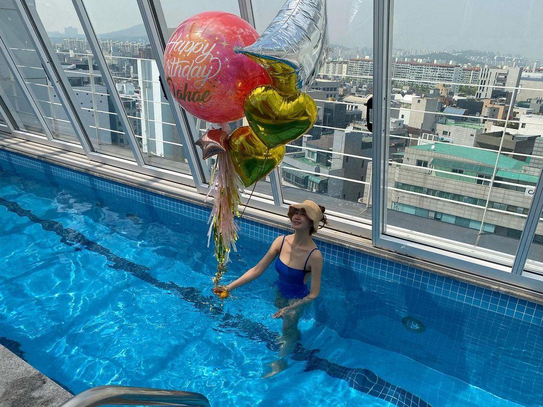 Trước đó, ngôi sao Hàn khoe dáng bên bể bơi để mừng tuổi mới.
