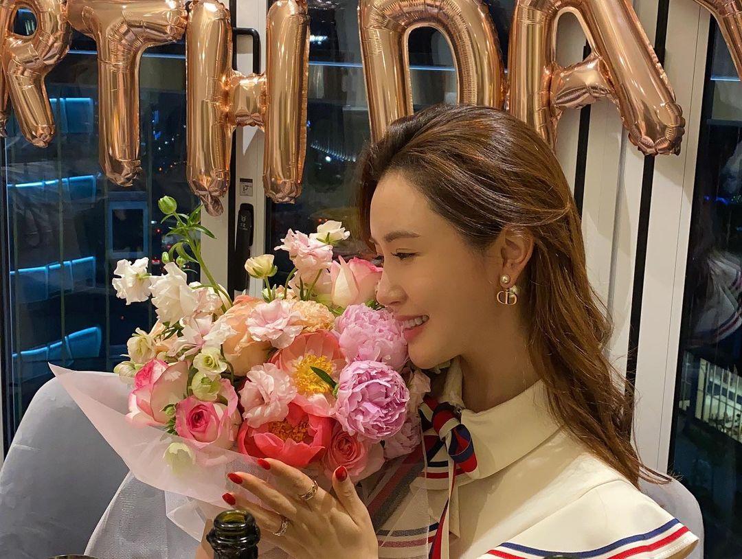 Niềm vui của Lee Da Hae trong ngày sinh nhật. Diễn viên đang có cuộc tình đẹp với bạn trai Se7en. Cặp đôi công khai mối quan hệ từ năm 2016, tình cảm nhiều năm ổn định.