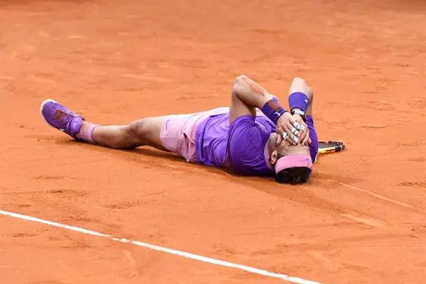 Tay vợt 34 tuổi nằm ra giữa sân đấu, ôm mặt xúc động sau khi vượt qua đối thủ người Hy Lạp Stefanos Tsitsipas với các tỷ số 6-4 6-7 và 7-5 sau ba giờ 38 phút thi đấu. Nadal có khởi đầu không tốt trước đàn em kém một giáp nhưng bằng kinh nghiệm và bản lĩnh vẫn vượt lên giành chiến thắng.