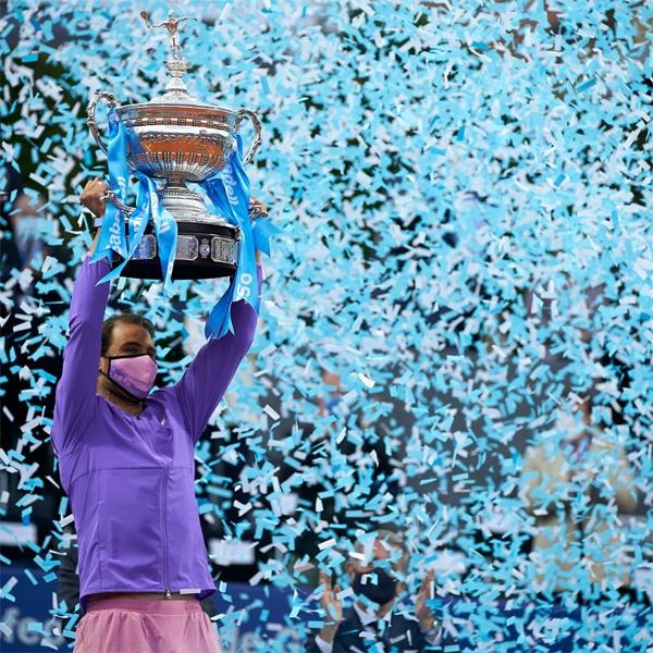Sau chung kết, huyền thoại người Tây Ban Nha chia sẻ ảnh đeo khẩu trang nâng Cup cùng chú thích ngắn gọn: Thật vui khi chiến thắng lần nữa tại quê nhà. Nadal thống trị Barcelona Open khi vô địch liên tiếp trong các giai đoạn từ 2005 đến 2009, 2011 đến 2013 và 2016 đến 2018. Anh thất bại tại bán kết giải đấu năm 2019 trước Dominic Thiem - người sau đó đăng quang. Barcelona Mở rộng 2020 bị hủy vì Covid-19.