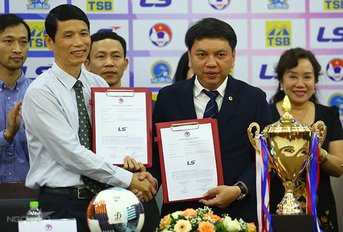 Tổng thư ký VFF Lê Hoài Anh và đại diện công ty Thái Sơn Bắc bắt tay trong lễ công bố nhà tài trợ giải bóng đá nữ quốc gia 2021. Ảnh: Đương Phạm.