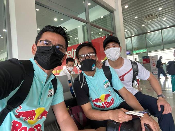 HLV Kiatisuk cùng trợ lý và Công Phượng check-in khi vừa tới Thanh Hoá chiều 25/4. Ảnh: KS.