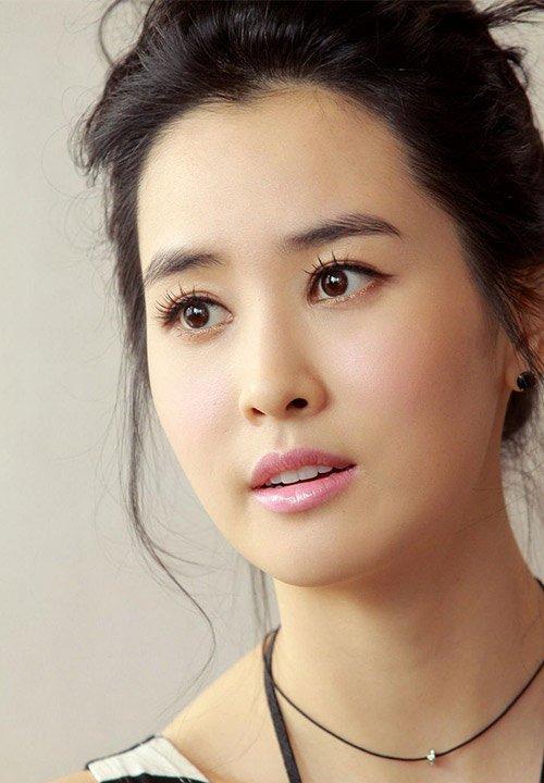 Lee Da Hee sinh năm 1985, gia nhập làng giải trí với vai trò người mẫu từ năm 2002, sau khi lọt vào chung kết cuộc thi Siêu mẫu của đài SBS. Năm 2004, cô lấn sân diễn xuất, từng đóng Bản tình ca buồn, Đôi tai ngoại cảm, Bí mật kinh hoàng, The Legend, The Beauty Inside... Vài năm nay nữ diễn viên ít đóng phim, chủ yếu tham gia sự kiện. Bộ phim gần đây nhất mà cô đóng là Good Witch đài SBS, sau Hotel King năm 2014.