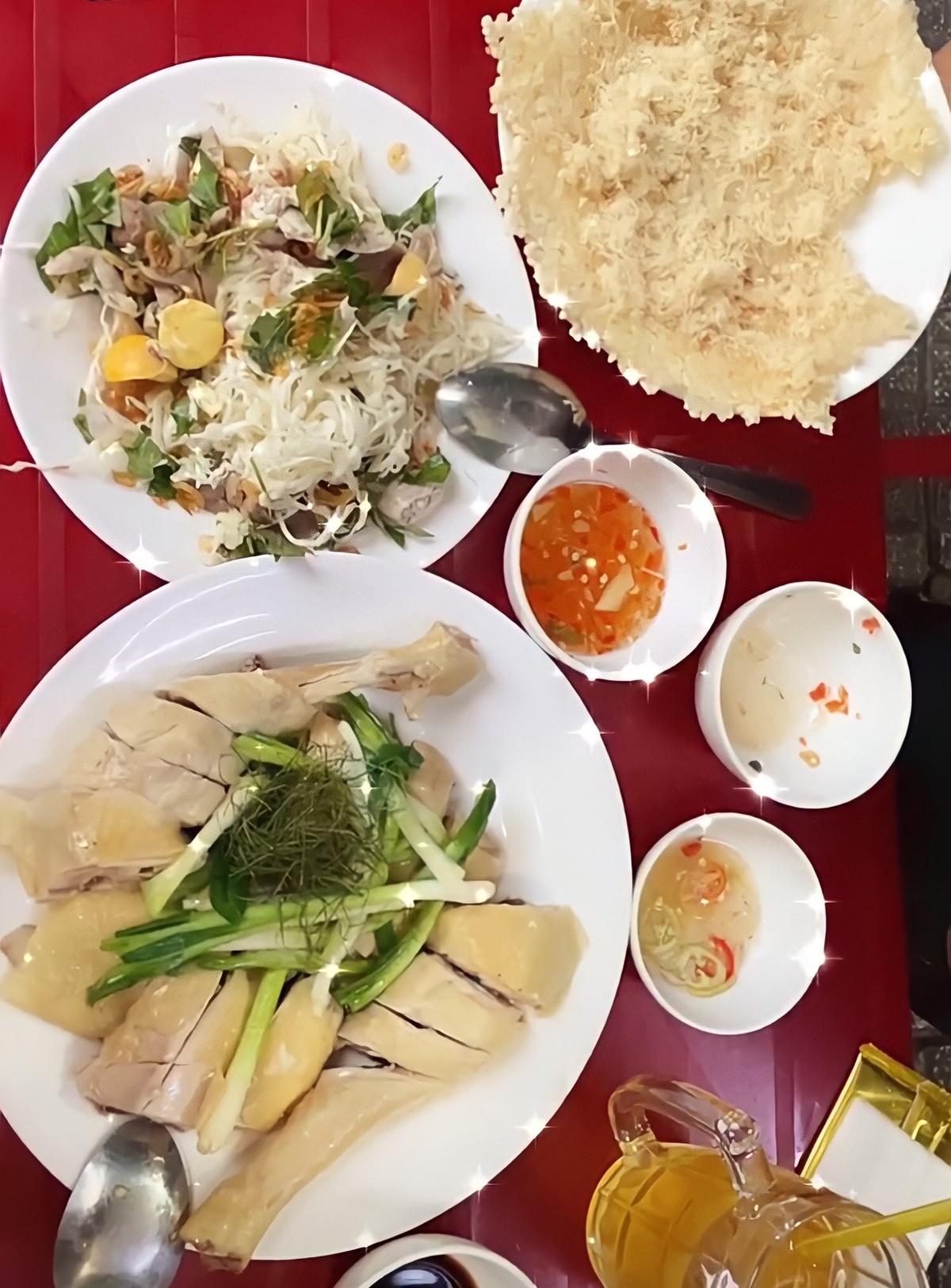 Bàn đồ ăn của vợ chồng Tóc Tiên.