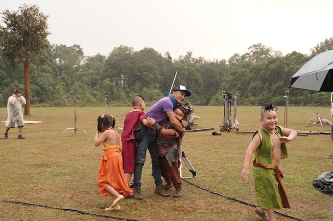 Lũ trẻ thích thú tắm mưa trên trường quay Trạng Tí phiêu lưu ký.