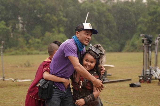 Kim Thư ôm nhà sản xuất Nguyễn Ngọc Lâm (ông xã siêu mẫu Xuân Lan) ở bối cảnh phim.