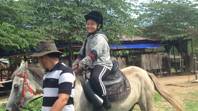 Kim Thư tập cưỡi ngựa cho vai tên cướp nhí.